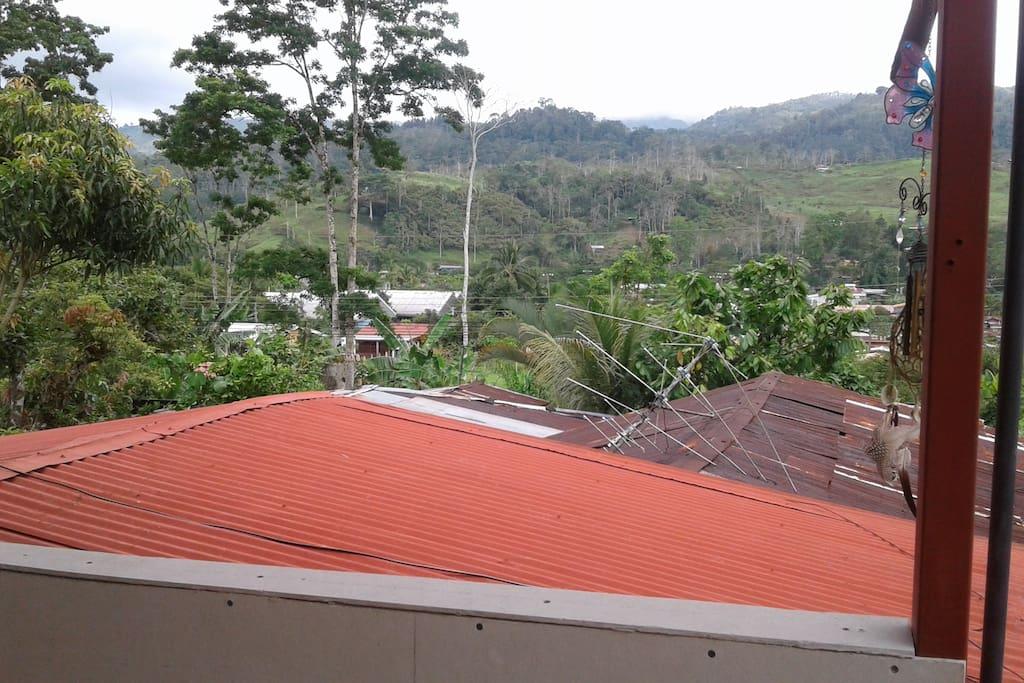 Vista desde el balcón a las montañas de la comunidad