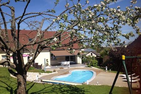 Chambre vue sur jardin et piscine - Quincey - Şehir evi