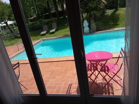Sur la terrasse côté piscine vous disposez de mobilier de jardin privatif