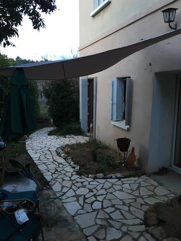 Appartement en rez de jardin - Aubenas - Lägenhet