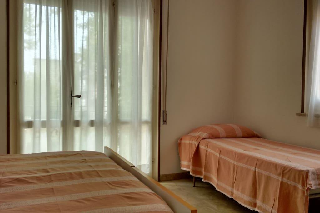 Camera da letto 1: letto matrimoniale + letto singolo