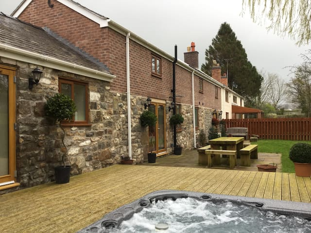 Luxury Barn with Hot Tub - Pen-y-ffordd
