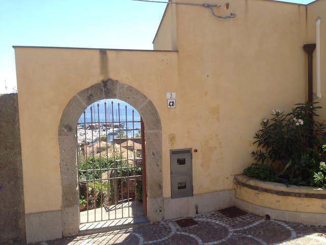 Ampio bilocale vista mare centro storico Milazzo - Milazzo - Leilighet