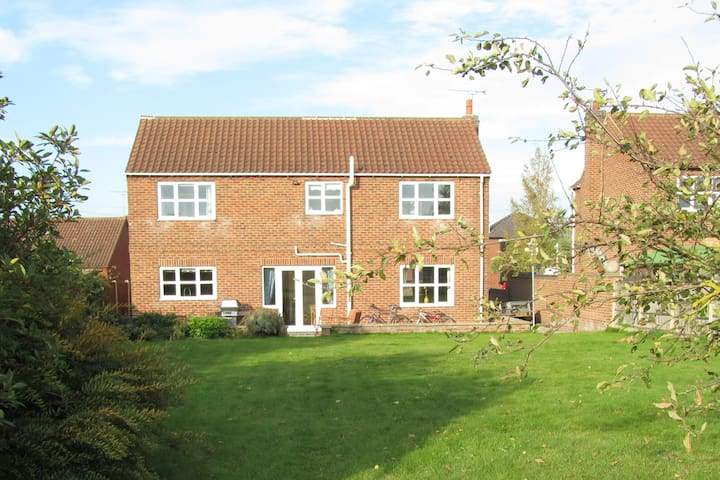 Large  5 bedroom home- sleeps 9 -Belton Doncaster