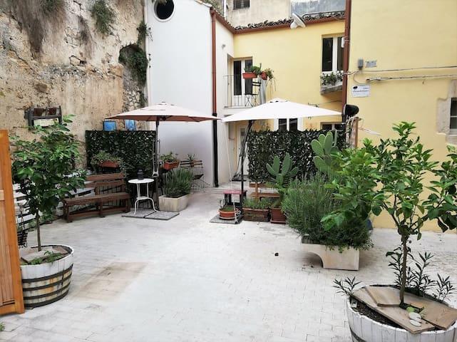 Ingresso Casa e patio zona colazione esterna periodo primavera-estate