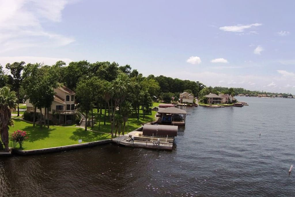 Great view from the lake to the dock and back of the house.