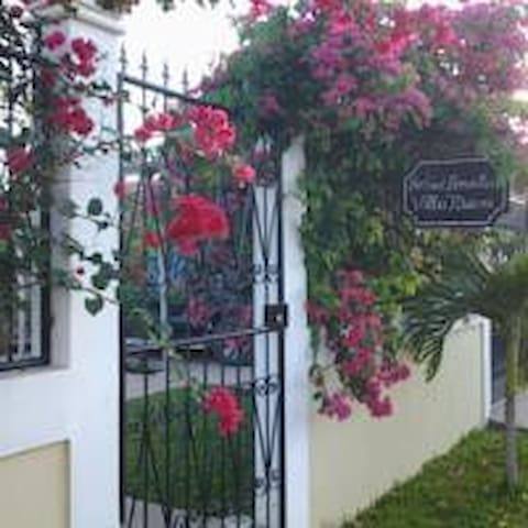 private room with queen bed and private bathroom - Estelí - Bed & Breakfast
