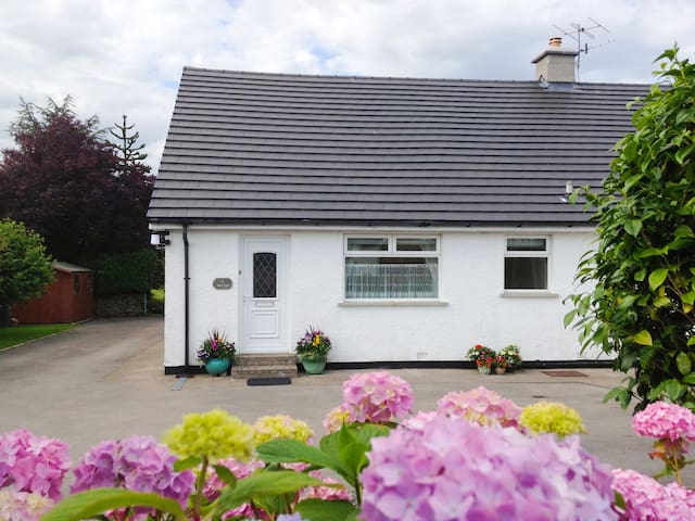 KENT LEA COTTAGE, family friendly, with a garden in Kendal, Ref 27321