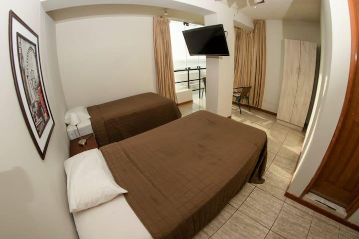 Dobles camas individuales con vista frontal al mar