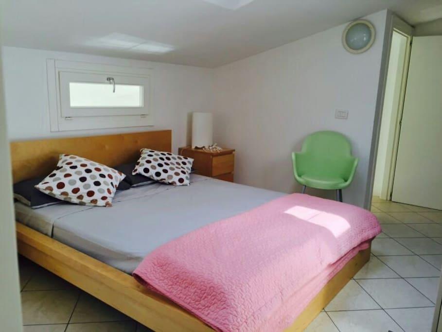 la camera da letto mansardata con la sua aria condizionata e il bagnio sopra