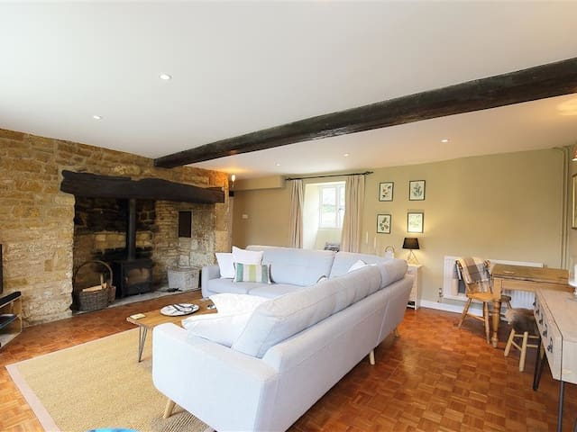 HOME FARM COTTAGE, pet friendly in Barton On The Heath, Ref 988651