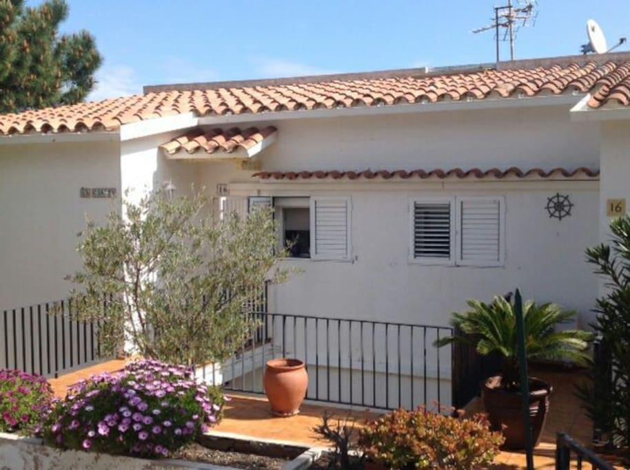 Photo 2 : entrée - petite terrasse