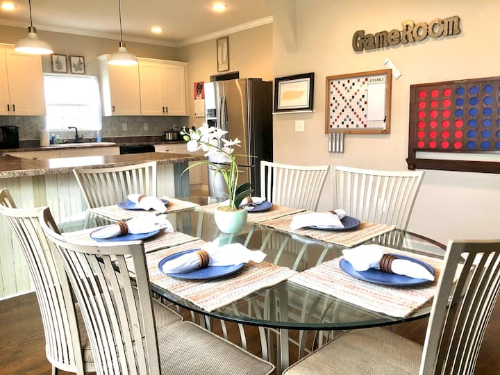 PET-FRIENDLY w/EV charger, fenced yard, King Beds!