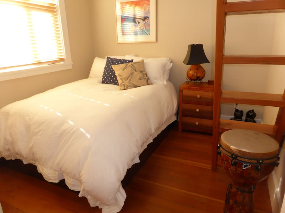 Double bed with luxury mattress, new bedding and pillows, nice size closet  and side table, empty for your use