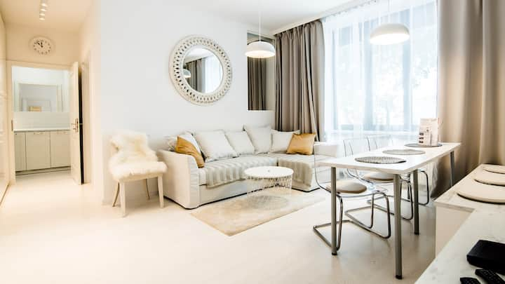 5*Host: White 3BD apartment with AC by Kovee
