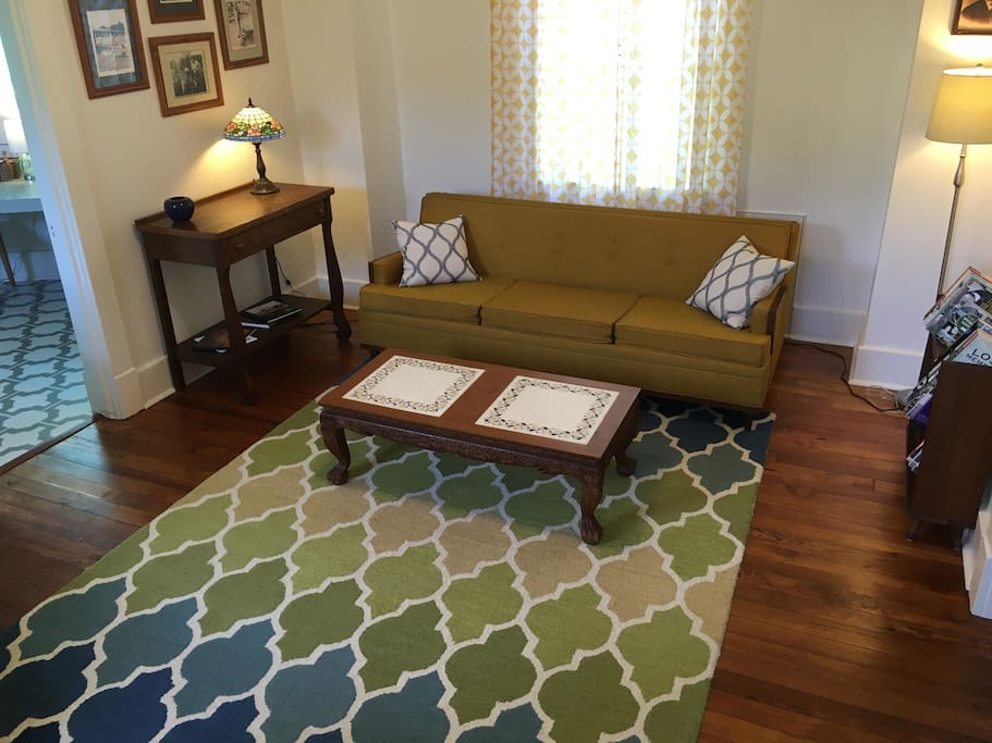 Eclectic cottage in Midtown. Groovy sofa for relaxing in the calm living room.
