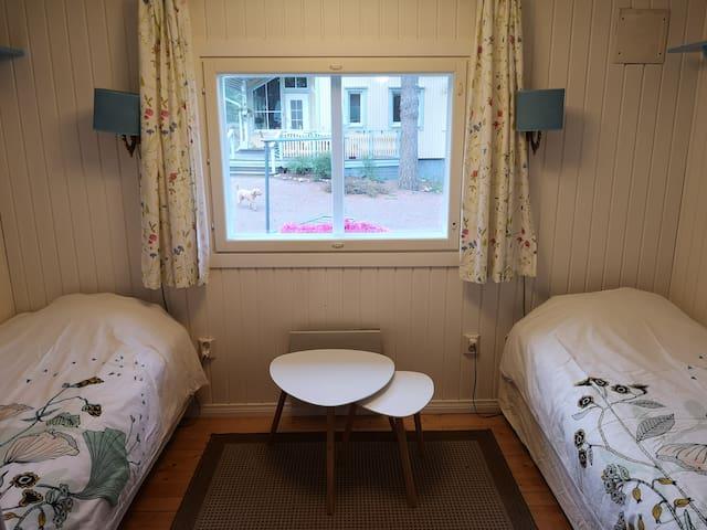 Makuuhuone 2 vuoteella / bedroom with 2 single beds