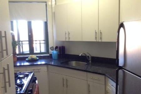 Huge, Sunny, Pristine Condominium - Bronx - Appartement en résidence