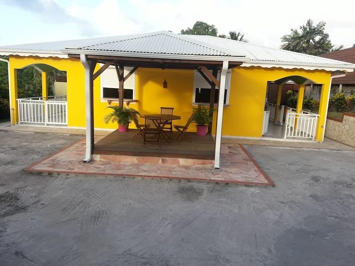 Villa aux couleurs tropicales