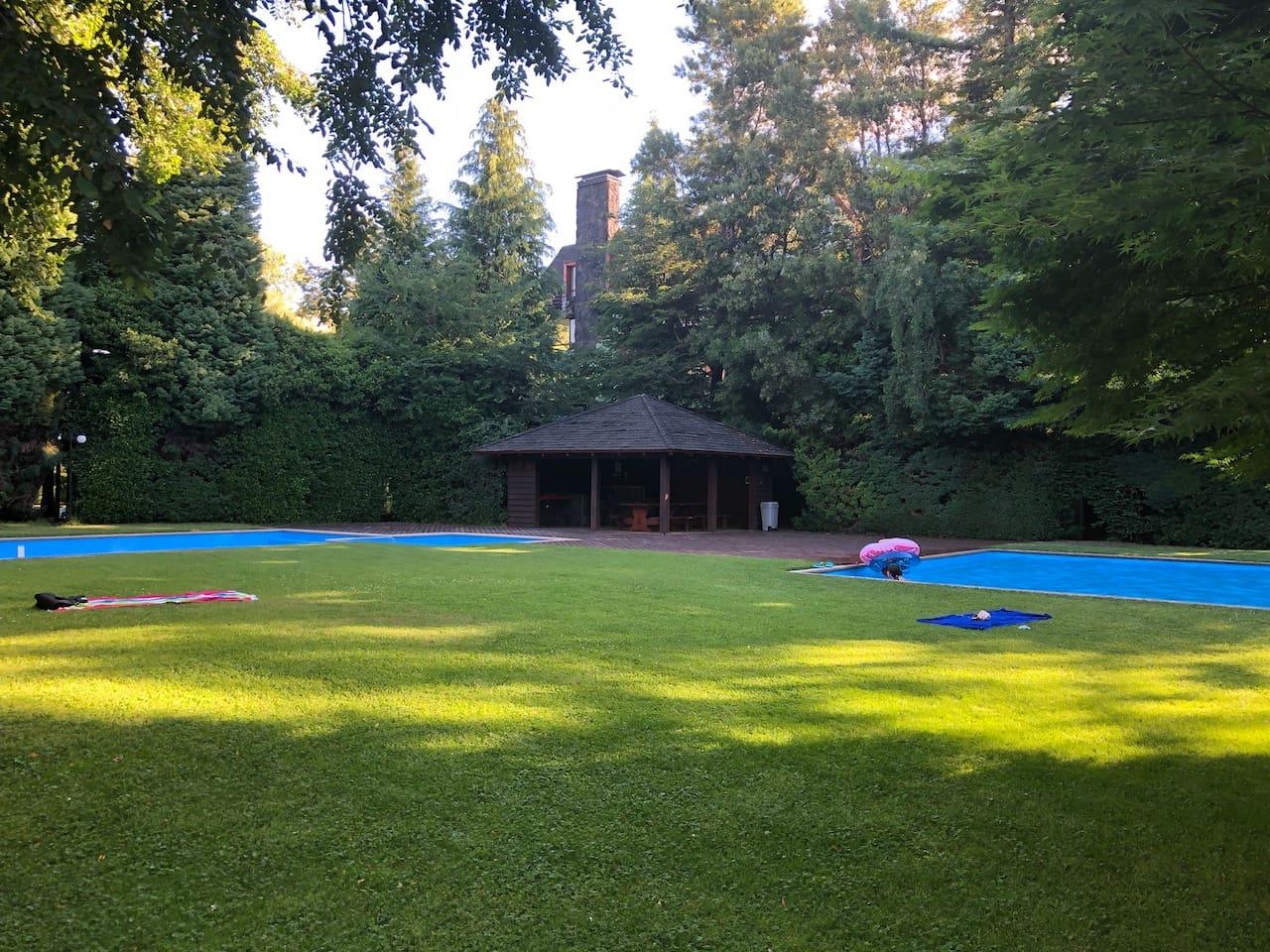 Lugares comunes en perfectas condiciones  Dos piscinas grandes  Quincho  Vegetación y césped  ideal para niños pequeños