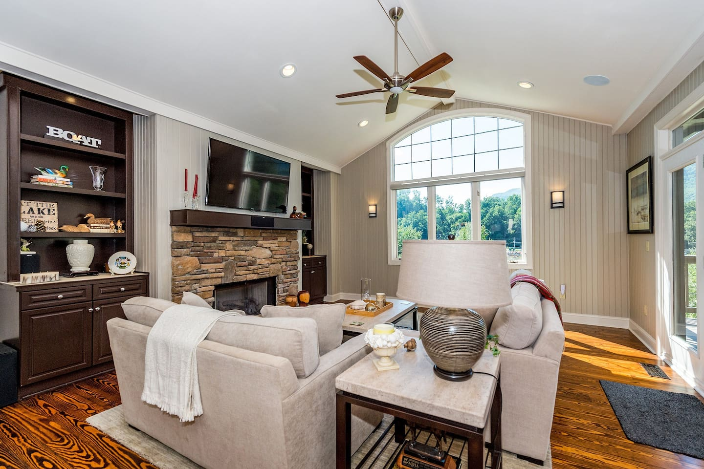 Beautifully furnished townhome overlooking Lake Lure