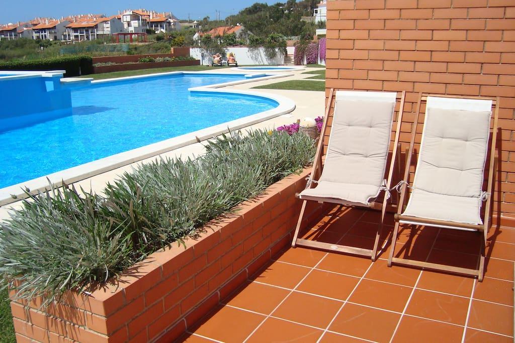 Terrasse de l'appartement et piscines