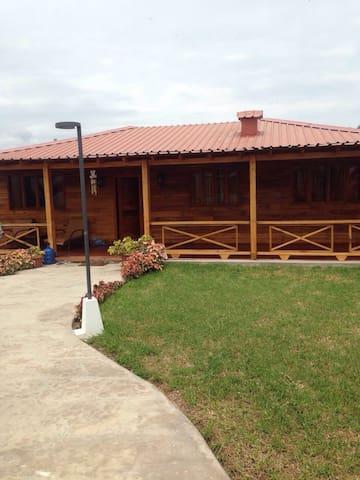 Alquilo Casa De Playa de Madera - Puerto Cayo