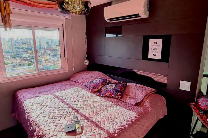 SUÍTE BUDA // BUDA BEDROOM - Cama queen muito confortável, sob uma estrutura que te da a experiência de estar mais próxima da paisagem e do lindo por do sol. Equipada com Apple TV , smart tv , e blackout total em todas as janelas e portas.