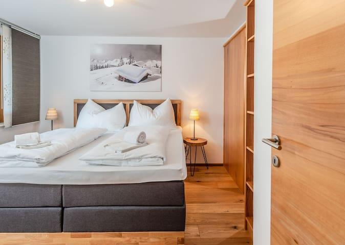 Schlafzimmer im Hochparterre mit eigenem Bad