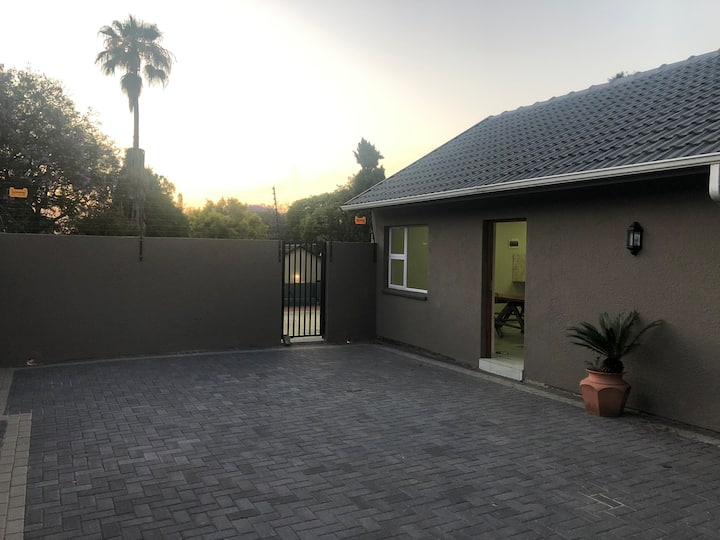 Grey Cottage - New modern, secure parking + pool