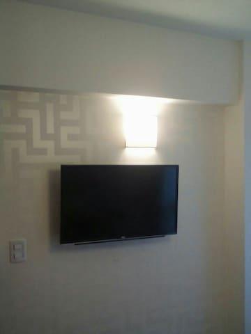 """TV   39"""" más de 60 canales de cable en dormitorio"""