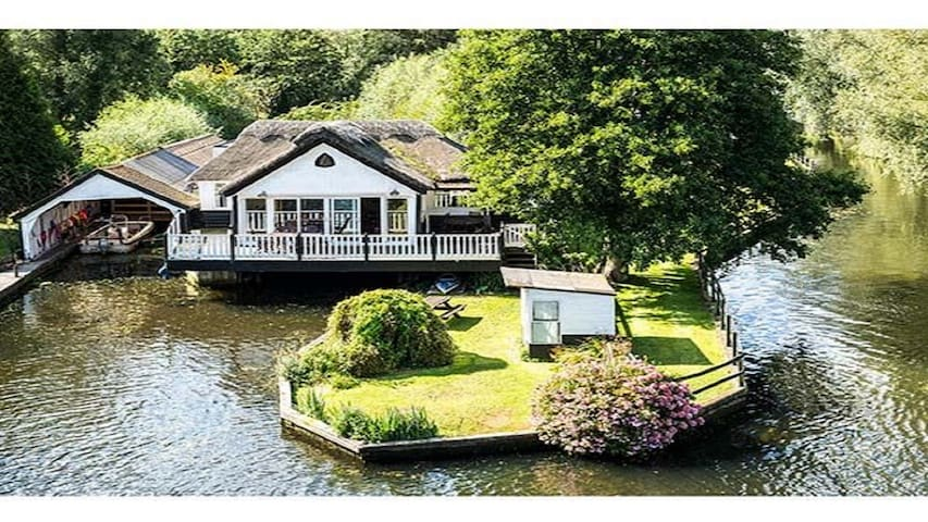 Wroxham holiday home with boat & hot tub sleeps 10 - Wroxham - House