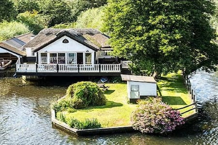 Wroxham holiday home with boat & hot tub sleeps 10 - Wroxham