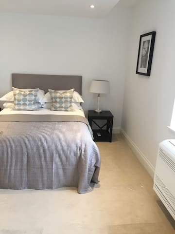 Modern Double Room with en-suite for travelers