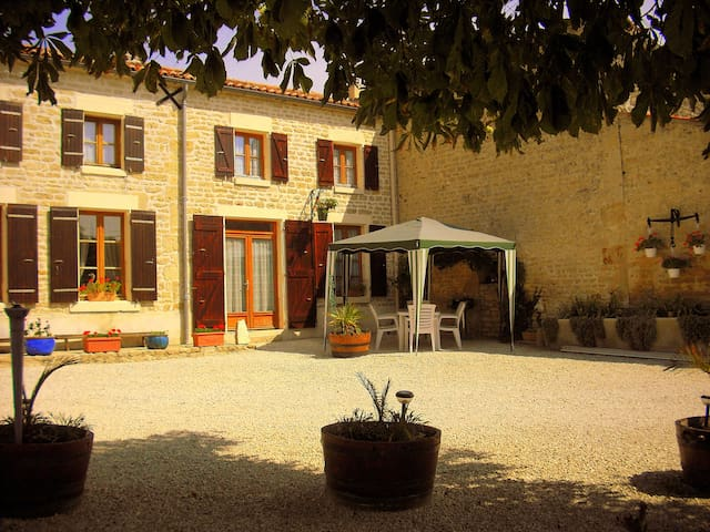 Gite with pool in quiet Hamlet - Saint-Georges-de-Longuepierre - วิลล่า