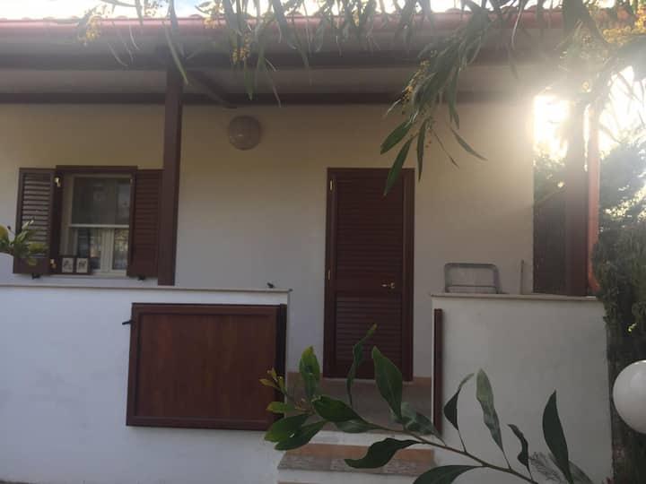 Villetta con veranda e giardino