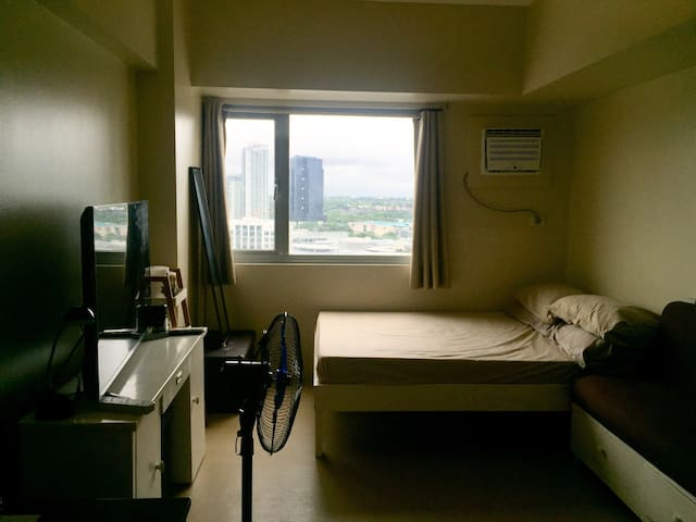L&M's Comfy & Accessible Condo in Alabang