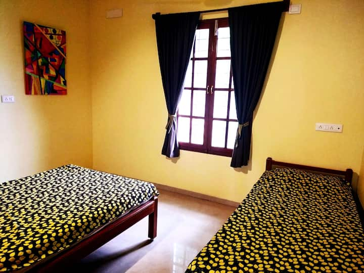 2 beds & non attached pvt bath - Glutotel homestay