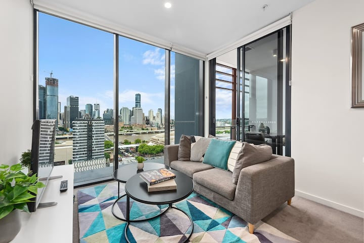 Sunny, Central & Modern Apt w/ Breathtaking Views!