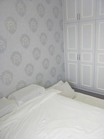 Master room with queen size bed +1 floor mattress