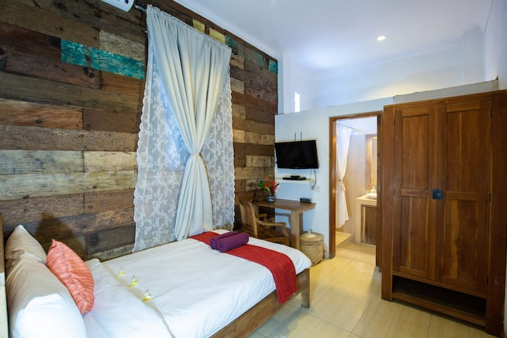 Griya Asih -Cozy Single Room with Reclaimed wood