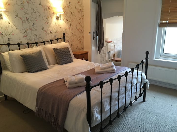 Kingsize room with en-suite 5 mins from station
