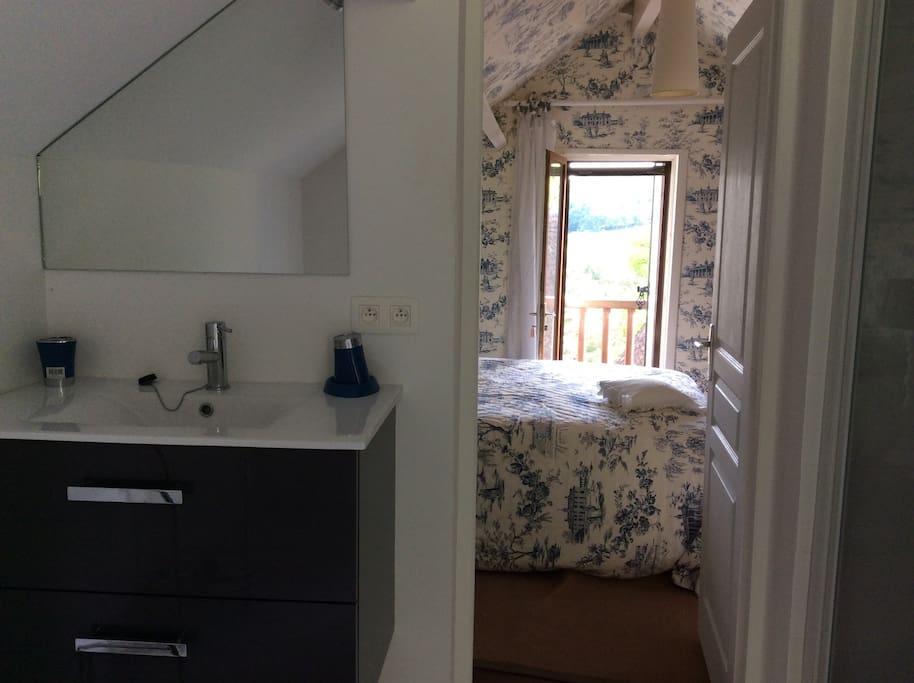 Salle de bains et la chambre avec lit 2 places