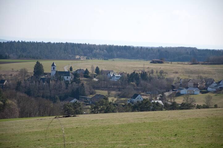 Demerath, onze B & B ligt rechts van de kerk