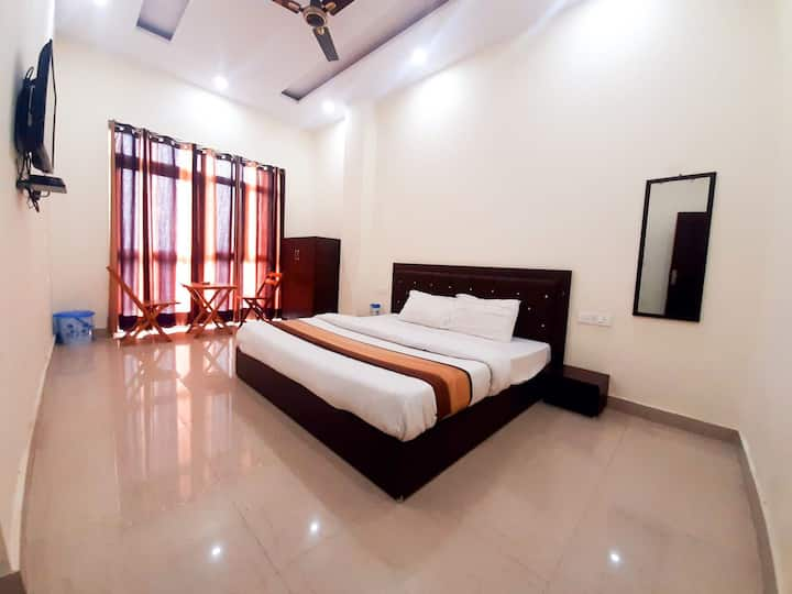 Dhouladhar House-Couple Friendly-Balcony-Chef