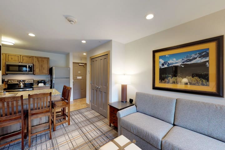 Convenient studio condo w/shared pool, hot tub - walk to lifts, dining, shopping