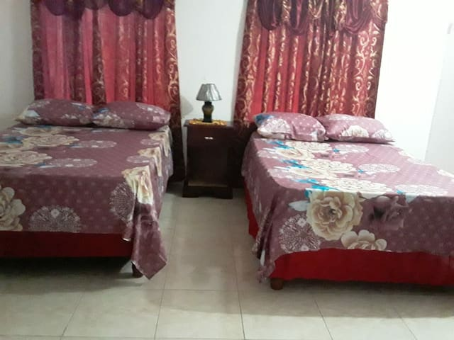 VIVIENNE'S HOUSE #A5 AC+Kitchen+WIFI+TV, Negril rd