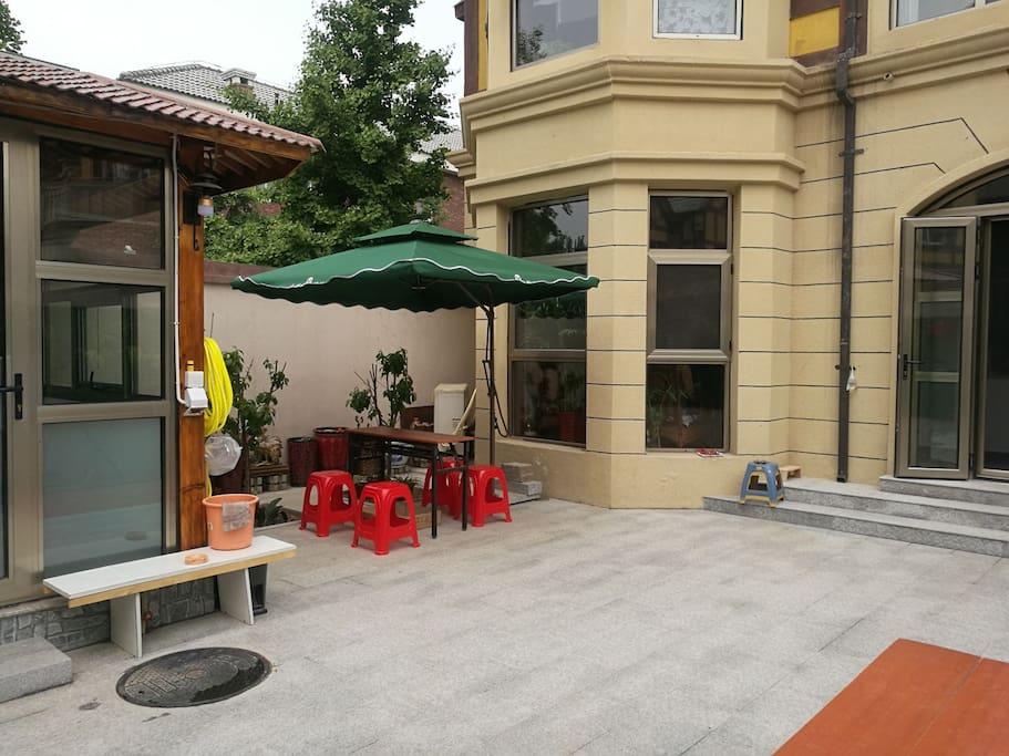院内可泡温泉和烧烤