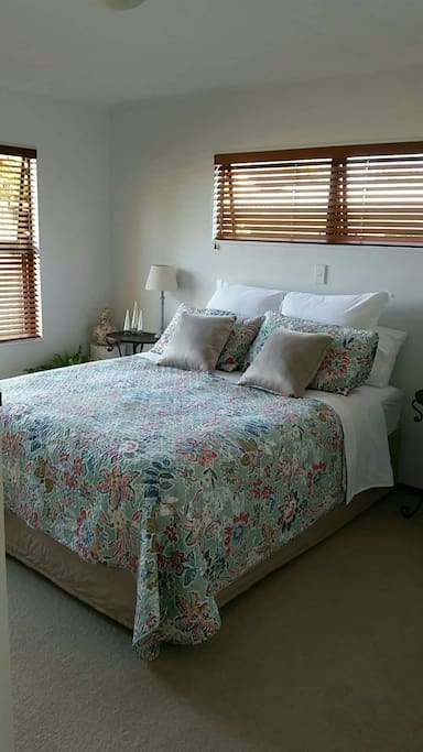 The Peacock Room is large with morning sun, has a brand new queen size bed with an array of beautiful linens and sheeting. Your own wall mounted TV.