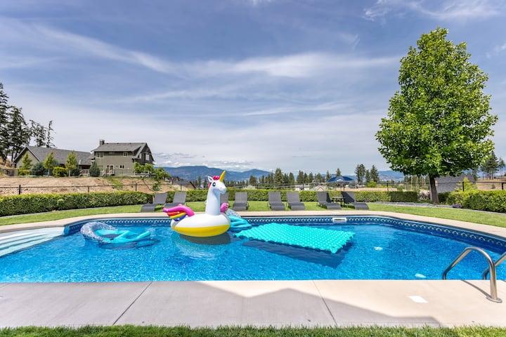Licensed King Kelowna Suite with Pool & Hot Tub
